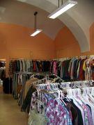 Pronájem prodejny v České Lípě na Škroupově náměstí. Obchod s pěti  výlohami , vlastním vchodem přímo z ulice,